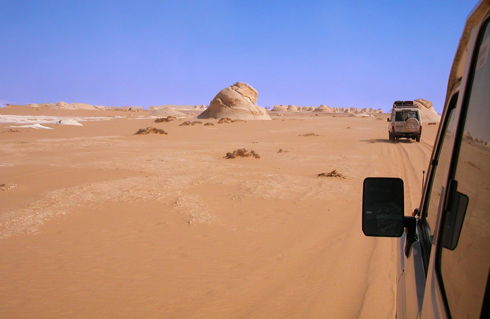 http://viajaegipto.es/wp-content/uploads/2012/09/viaje-safari-desierto-blanco-egipto-4x4.jpg